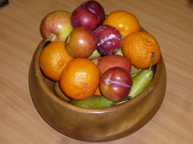 That's better!  The fruit bowl as it is now - with real fruit!